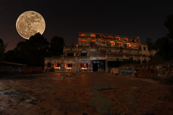 la lune si belle dans le chaos