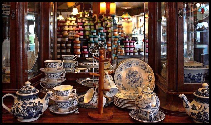 La Maison du Biscuit 4 /  Service à thé et confitures en reflet
