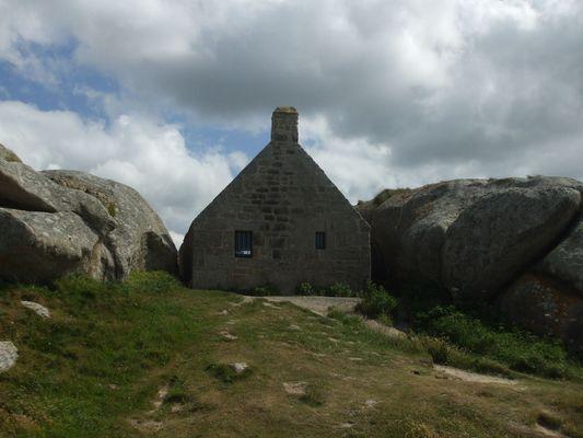 la maison nichée entre les rochers