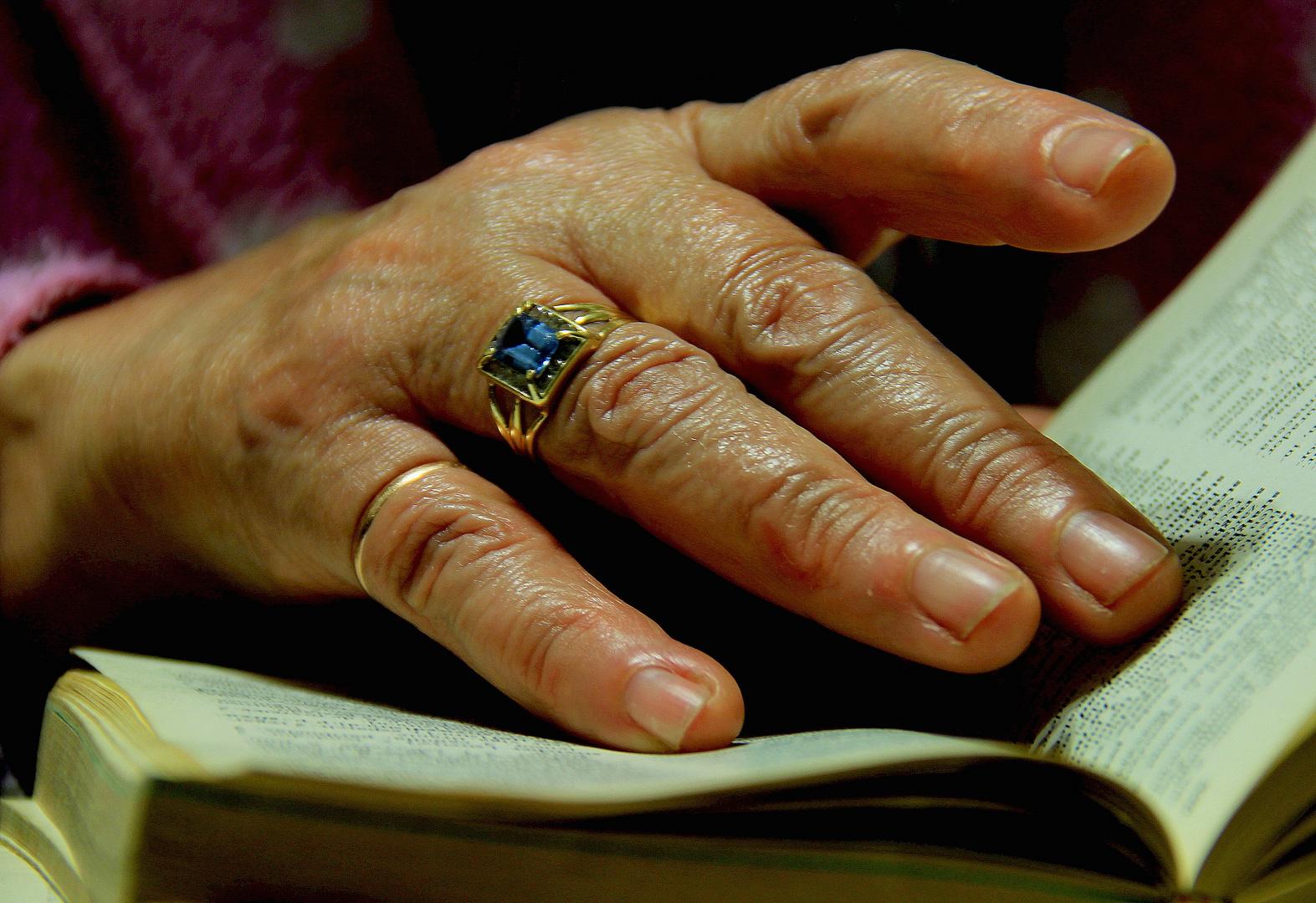 La mano que acaricia un libro