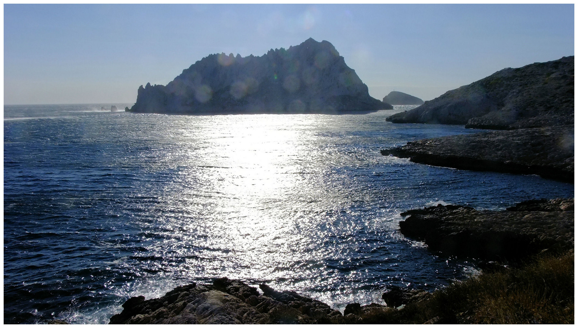 """La mer, (...) a des reflets d'argent""..."
