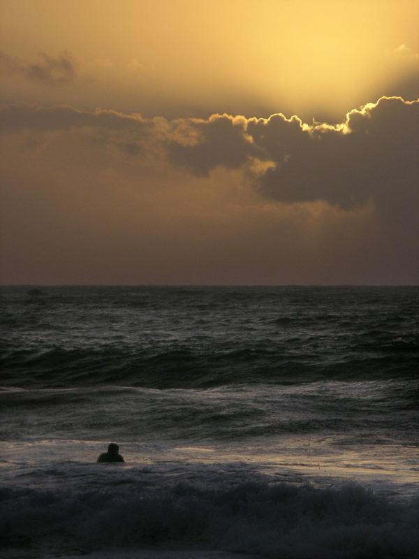 La mer et le surfeur.