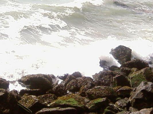 """la mer S""""écrasent sur les roches"""