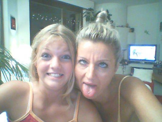 La mère et la fille faisant les folles.