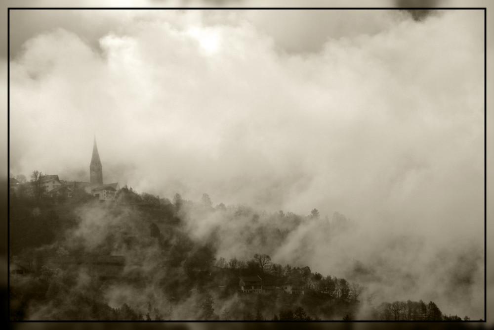 La nebbia agl'irti colli...