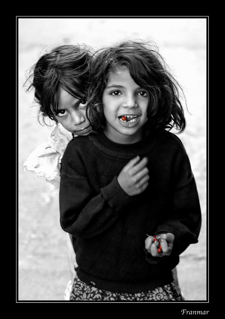 La niña de las cerezas y su tímida amiguita