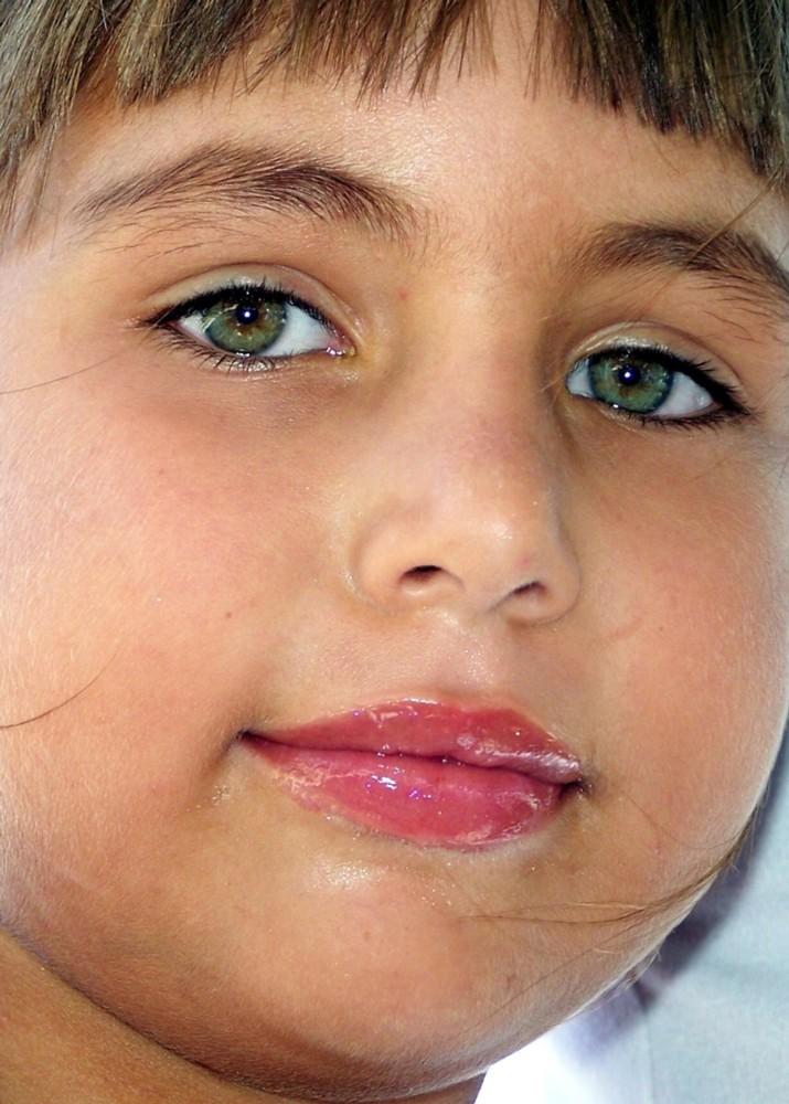 La niña de los ojos bellos