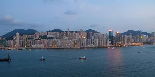 la nuit tombe sur la baie d'Hong-kong
