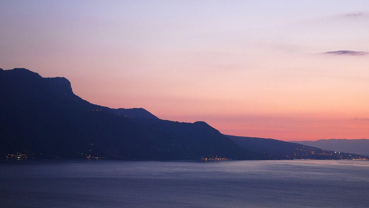 La nuit tombe sur le lac Léman