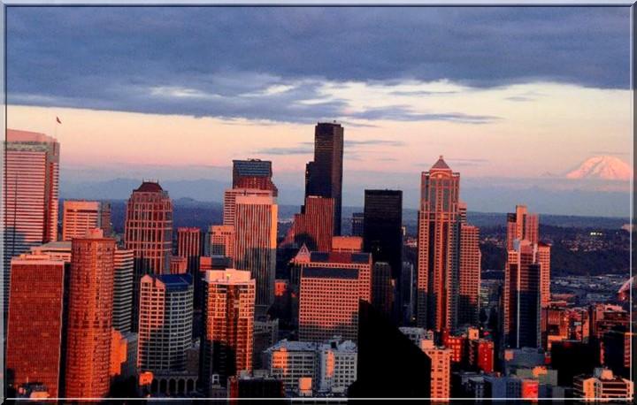 La nuit tombe sur Seattle.