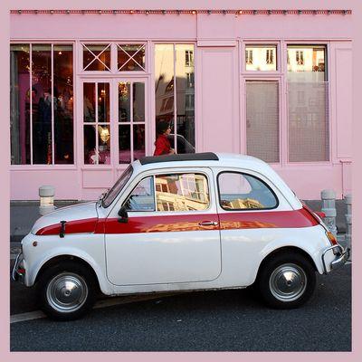 La petite voiture sur fond rose