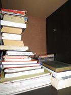 La pila de libros en el cajón