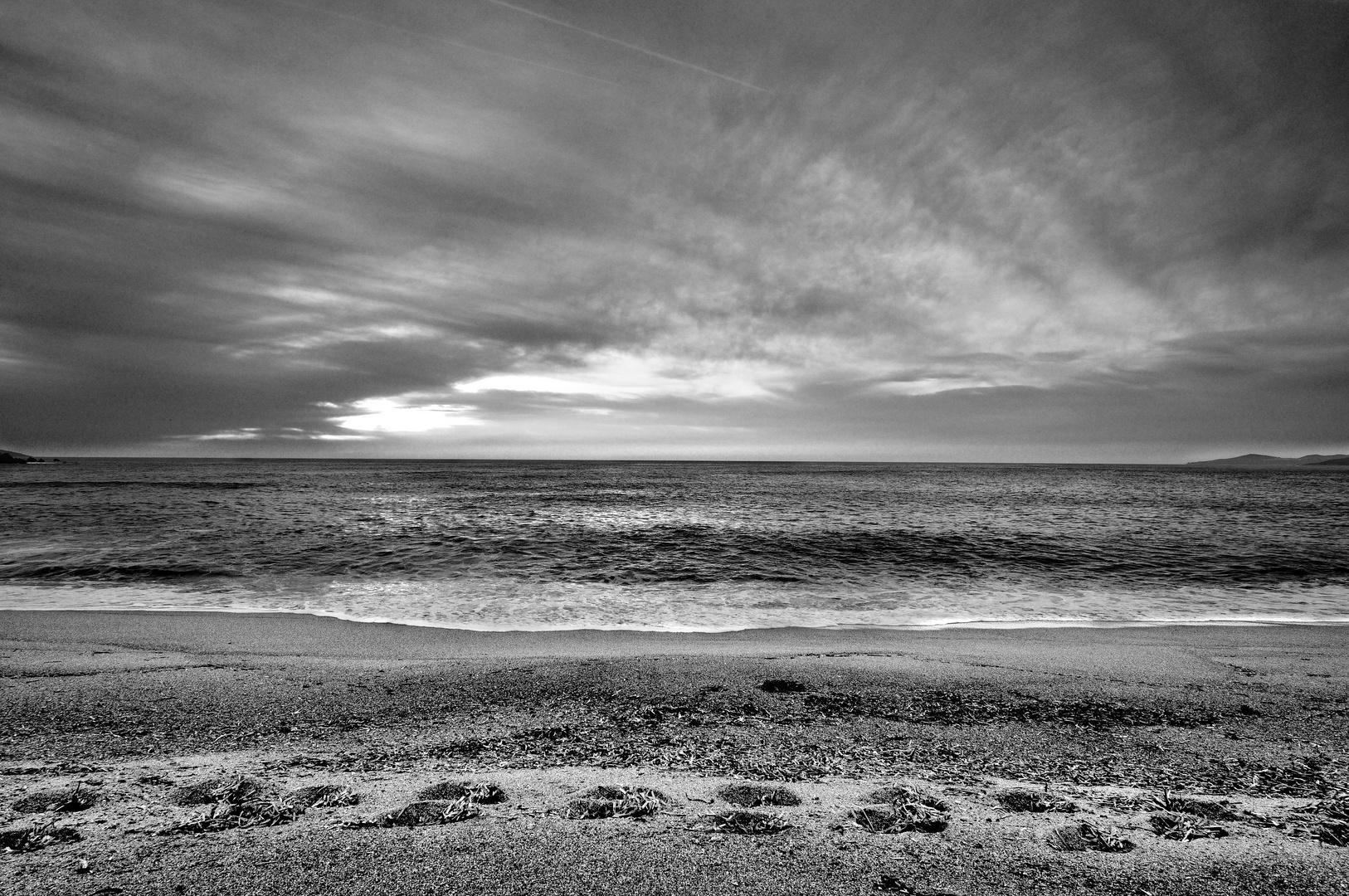 La plage du Liamone dans le golfe de Sagone après le passage d'un promeneur