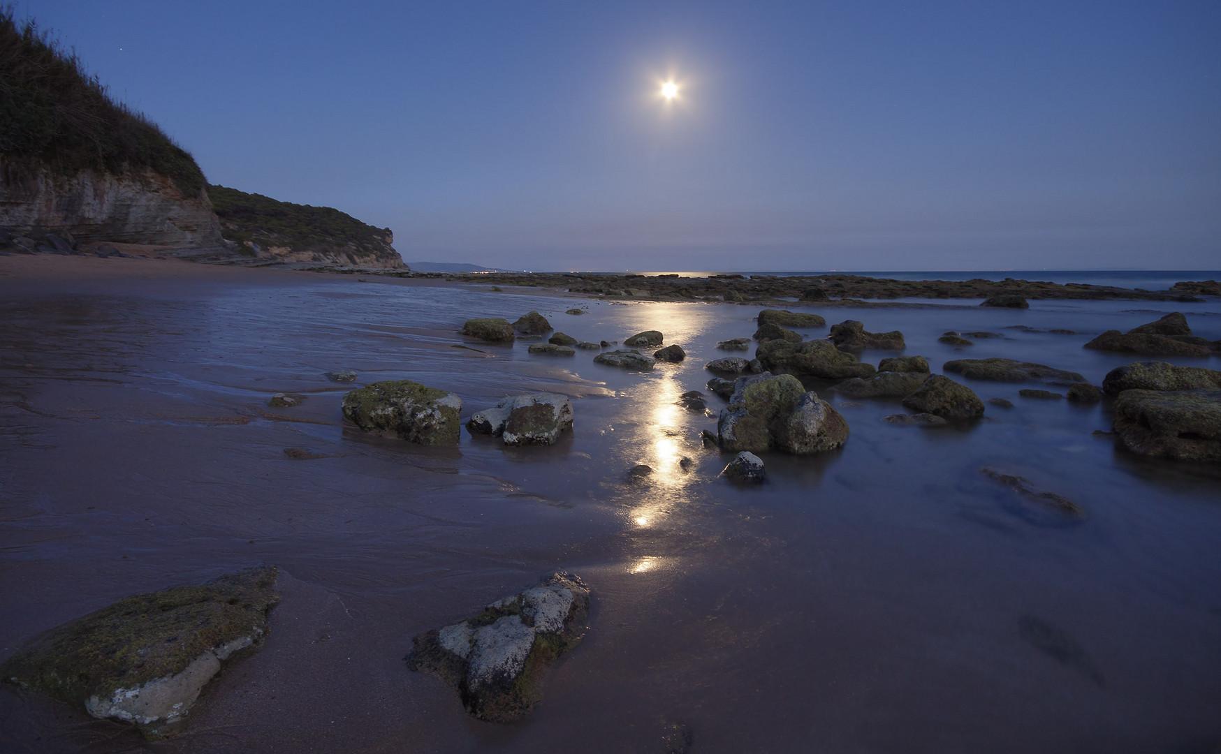 La playa de Caños a la luz de la luna