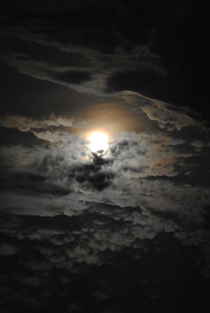 La pleine lune au milieu des nuages !!!