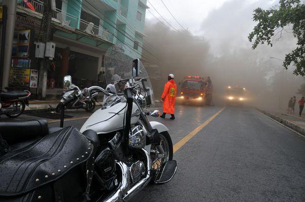 La police Thailandaise sur un incendie à Phuket.