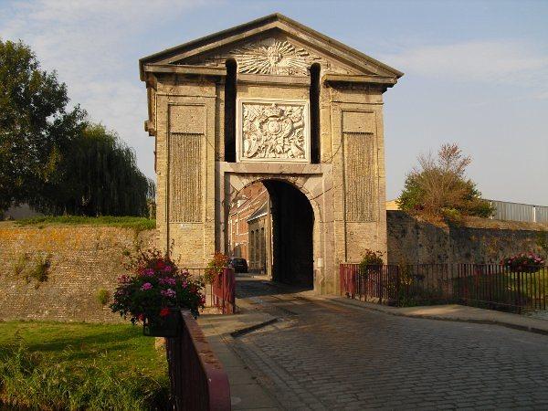 la porte pour rentrer dans bergues monument edifié par vauban ville des chtis