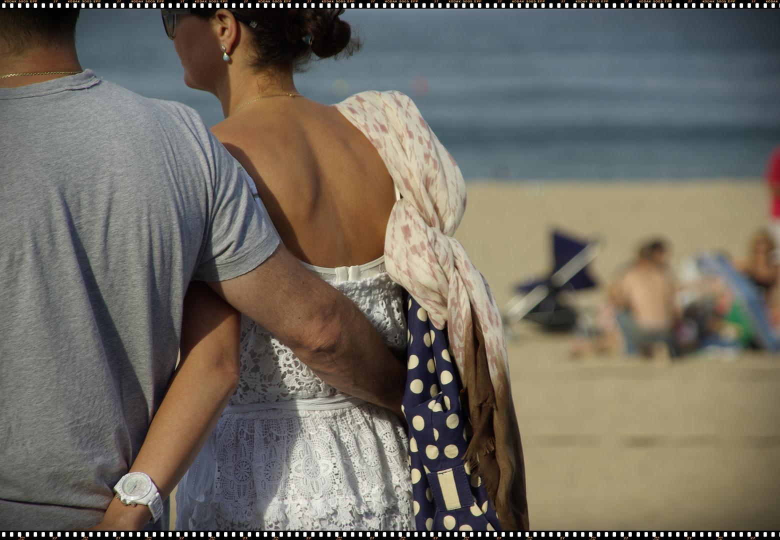 la prima de Riesgo paseando por la playa con su novio