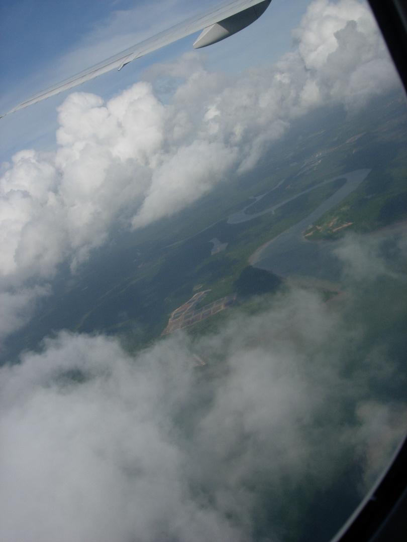 La rontondité de la Terre, vue la tête dans les nuages et assise dans un avion