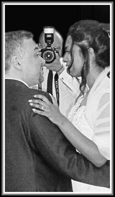 La sposa, lo sposo e il fotografo ufficiale...