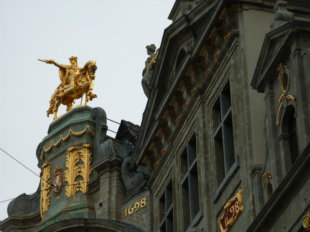 La Statue d'Equestre d'or sur le toit de la Maison des Brasseurs (1698) à Bruxelles