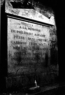 La tombe de Philibert Aspair dans les anciennes carrières de Paris
