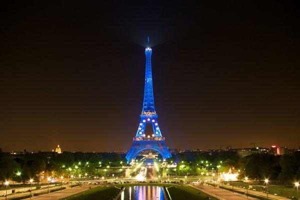 La Tour Eiffel est bleue la nuit.
