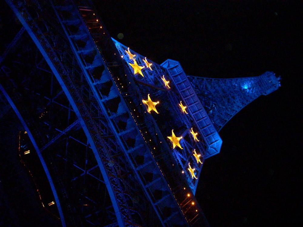 La Tour Eiffel voit la vie en bleu