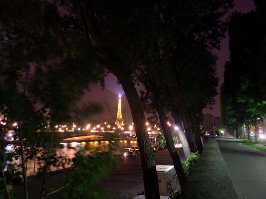 La Tour Eiffel vue des quais de Seine .