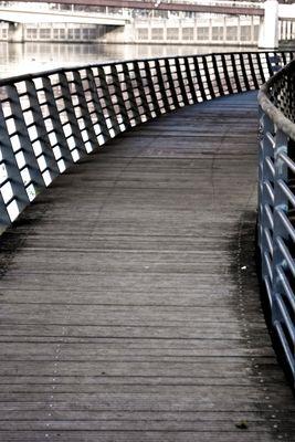 La vie est un pont, traverse-le, mais n'y fixe pas ta demeure.