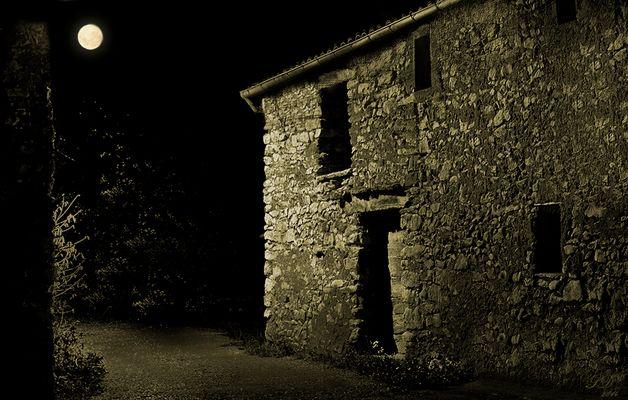 La vieille grange sous la lune