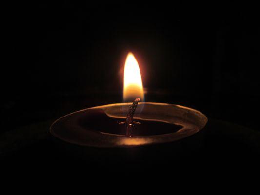 La vita è una luce ammiccante nel buio.