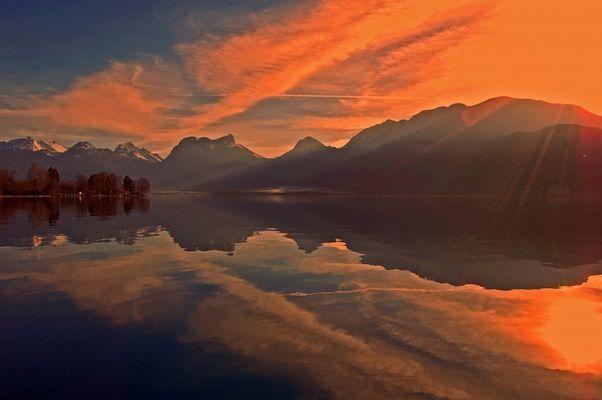 Lac d'Annecy au coucher du soleil. (Haute Savoie)