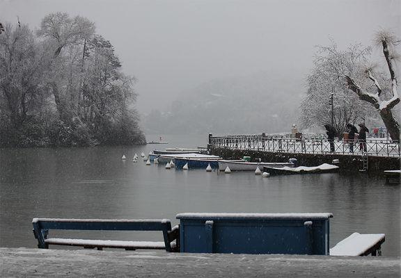 lac d'Annecy sous la neige