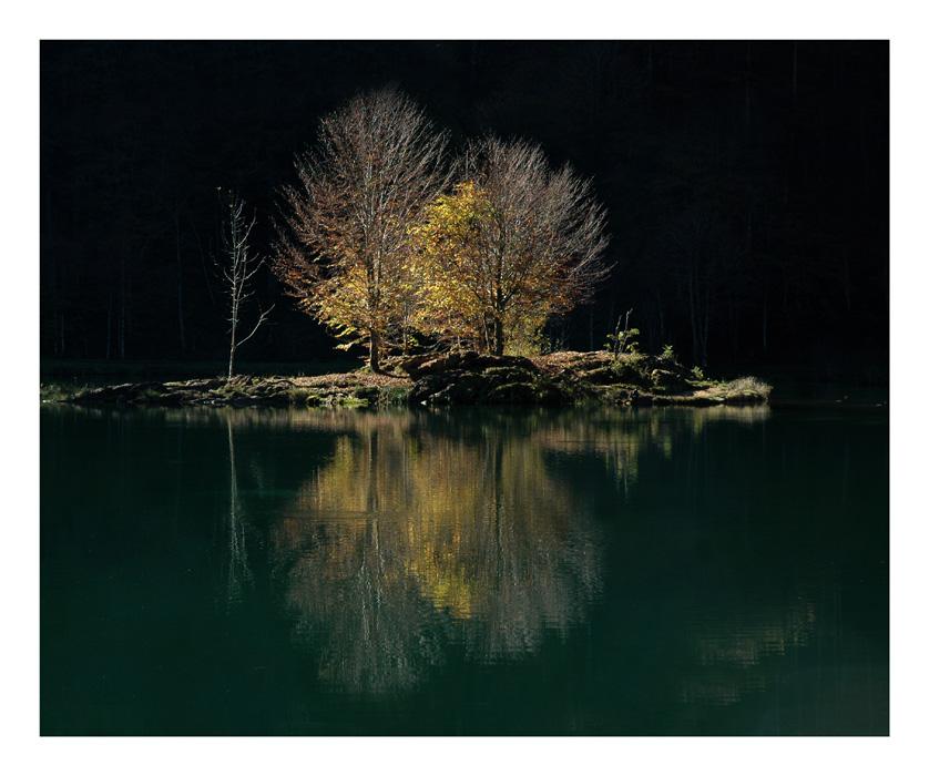 Lac de Bethmale à contre-jour en octobre