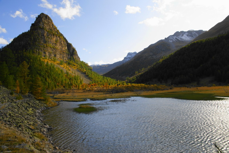 Lac de montagne à l'automne