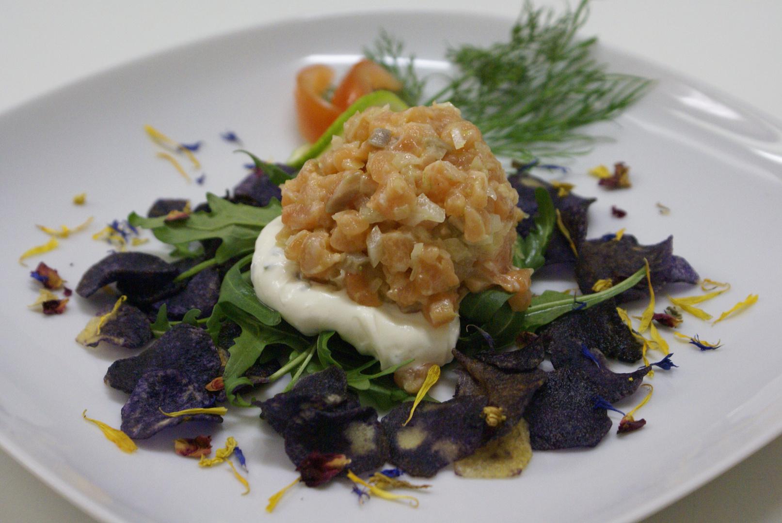 Lachstartar mit violetten Kartoffelchips