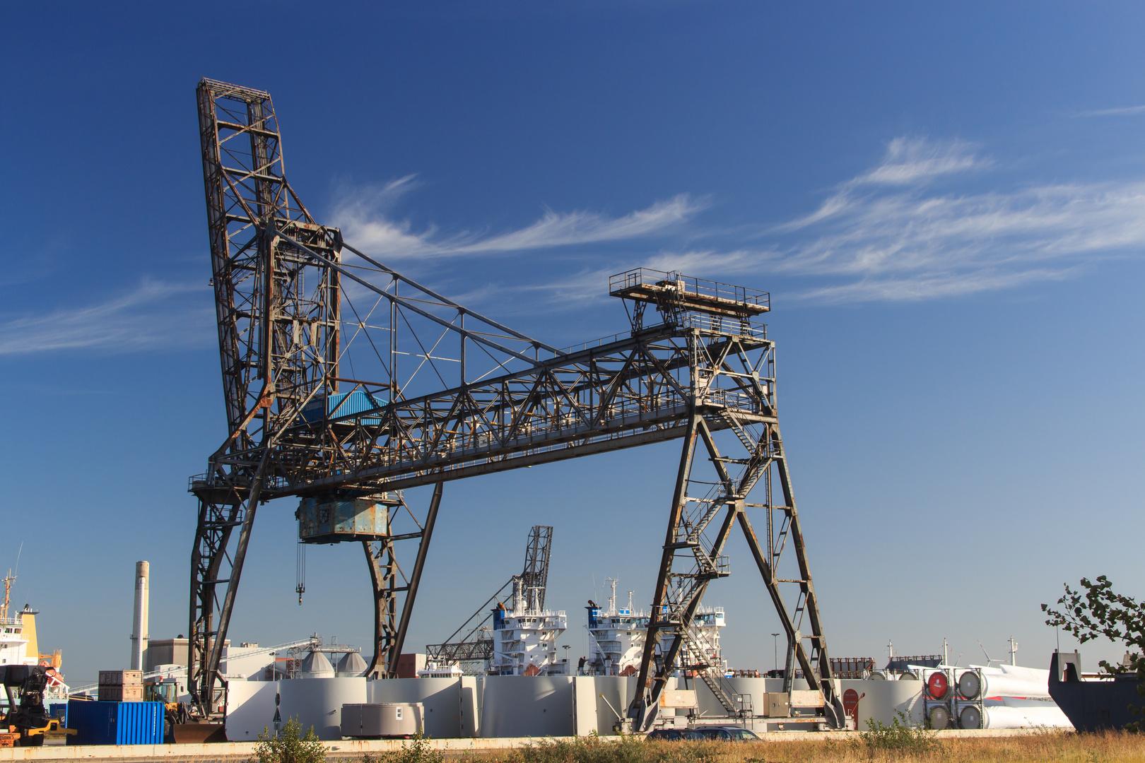 Ladebrücke im Emder Hafen