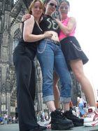 Lady Manu , Drea, und Elektra auf dem Domvorpaltz in Köln