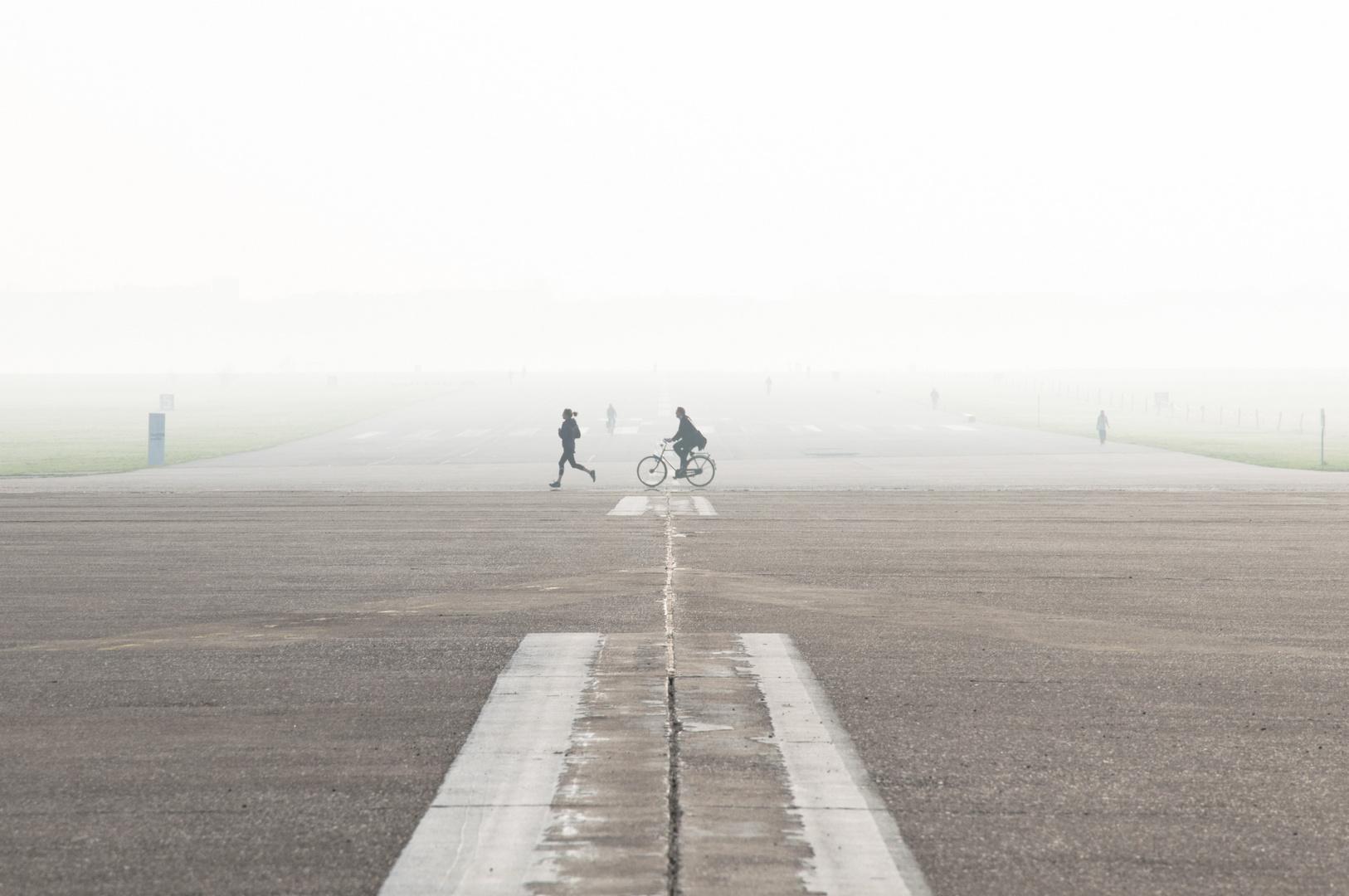Läuferin auf der Landebahn