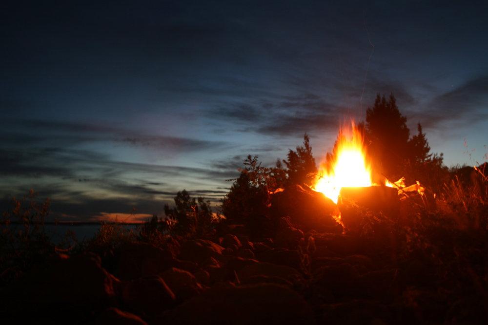 Lagerfeuer und Sonnenuntergang