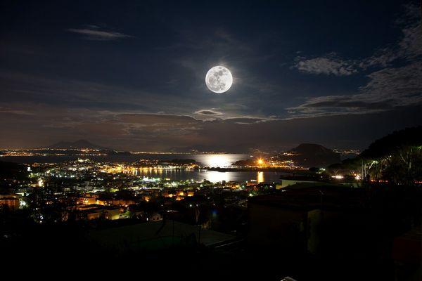 Lago di Bacoli e golfo di Napoli con luna piena