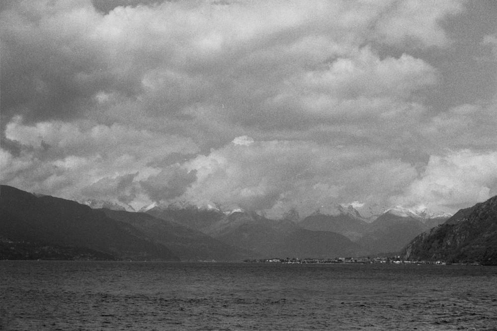 lago e nuvole nel cielo