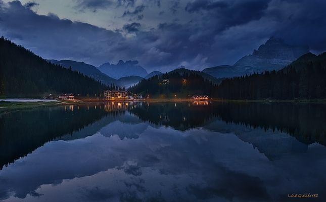 Lago Misurina en la hora azul