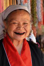 Lahu Frau mit schwarzen Zähnen durch kauen von Kräutern