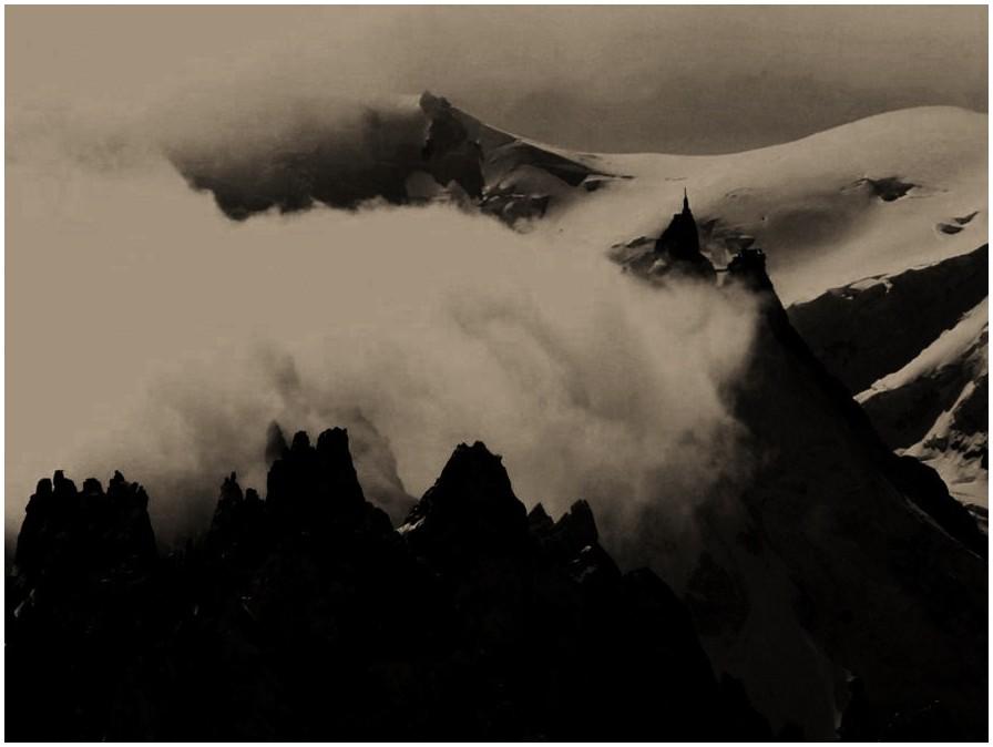 L'Aiguille du Midi dans la brume