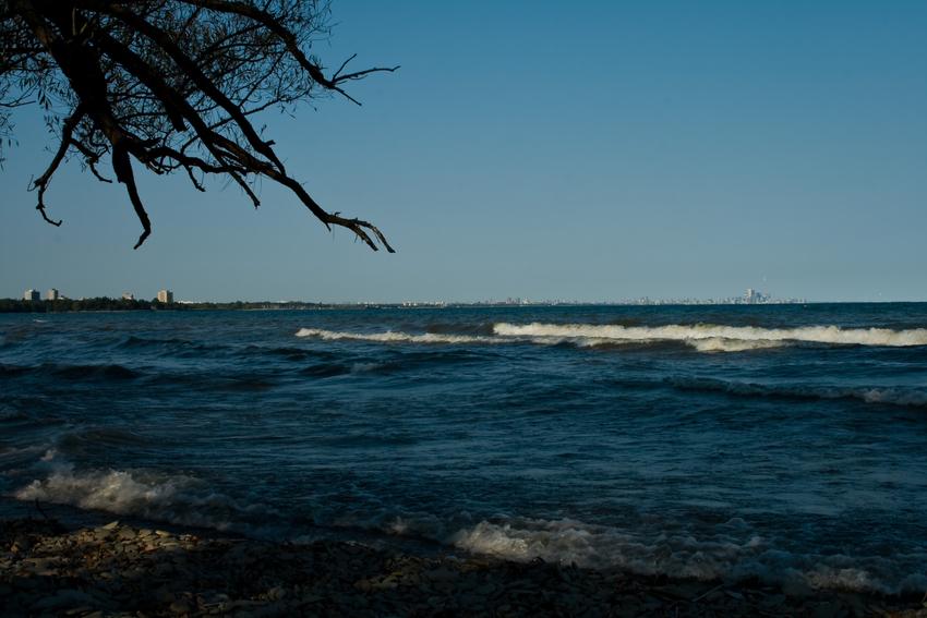 Lake Ontario und am Horizont die Skyline von Toronto