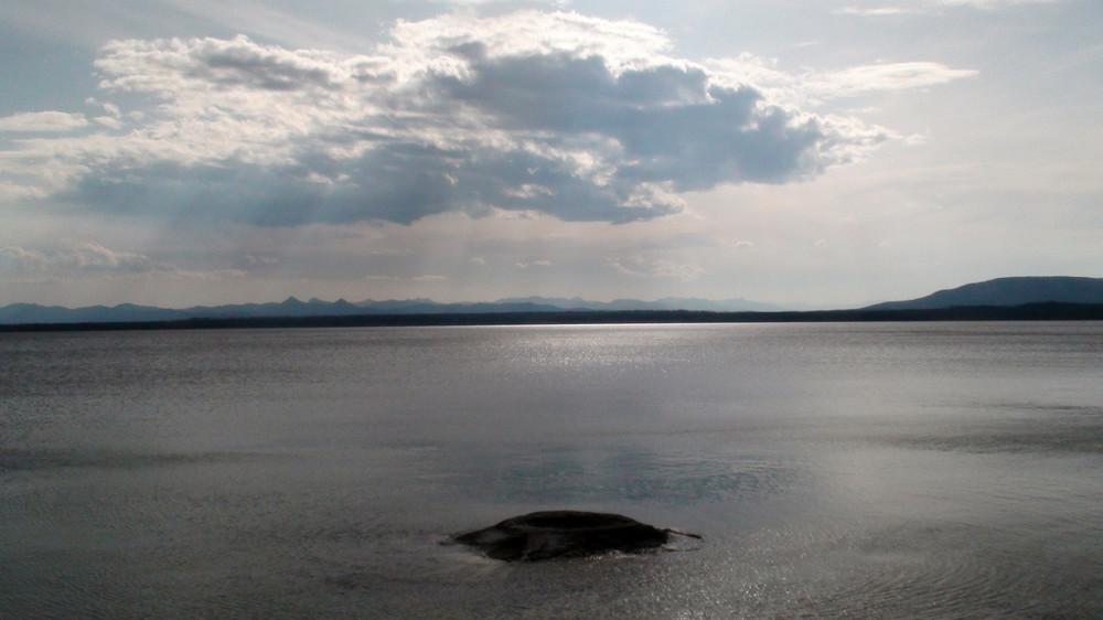 Lake Yellowstone mit Vulkan und schlechtem (?!?) Wetter