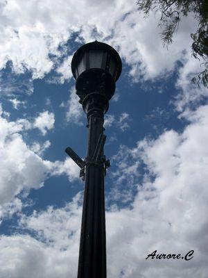 lampadaire dans les nuages