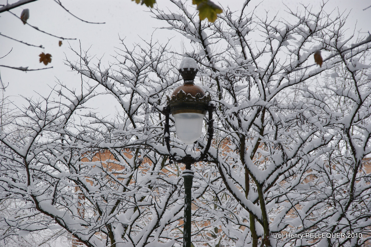 Lampadaire et son chapeau de neige